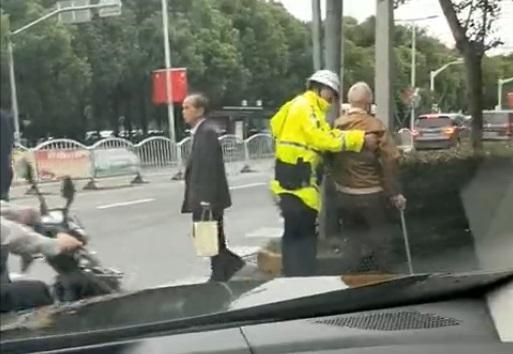暖心!八旬老人摔倒在路上 民警冲上去伸手相援