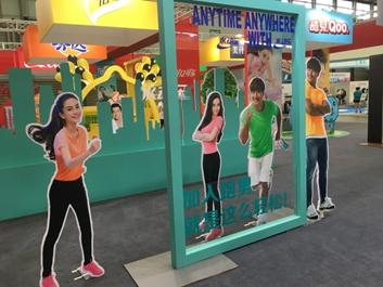 他们会游走在整个新国际展馆内,饮料天使们会与观众游戏互动,他们图片