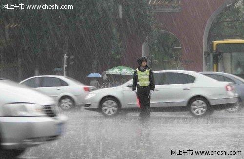 雨天开车路湿滑 交警教你如何避免事故