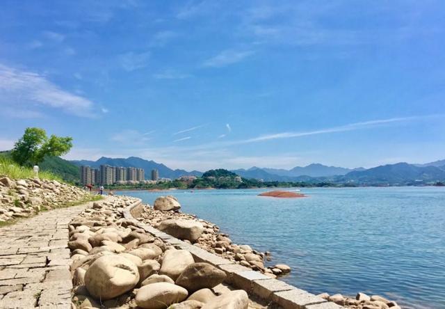 千岛湖欢乐水世界位于千岛湖青溪新城珍珠半岛广场,拥有生态泳池,水