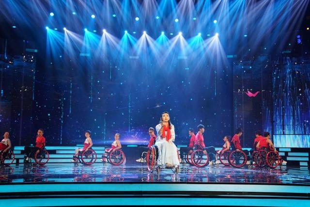"""第二十四届""""蓝天下的至爱""""大型慈善晚会在沪举行图片"""