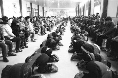 上海一民办学校办孝敬节 800多学生集体跪拜父母