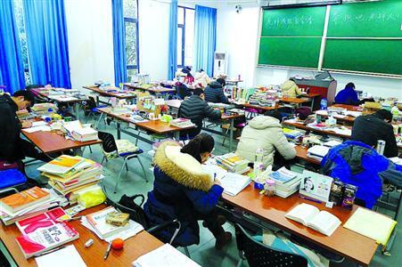 图片说明:昨日,某高校自习室内,复习考研的学生不多。/晨报记者陈征