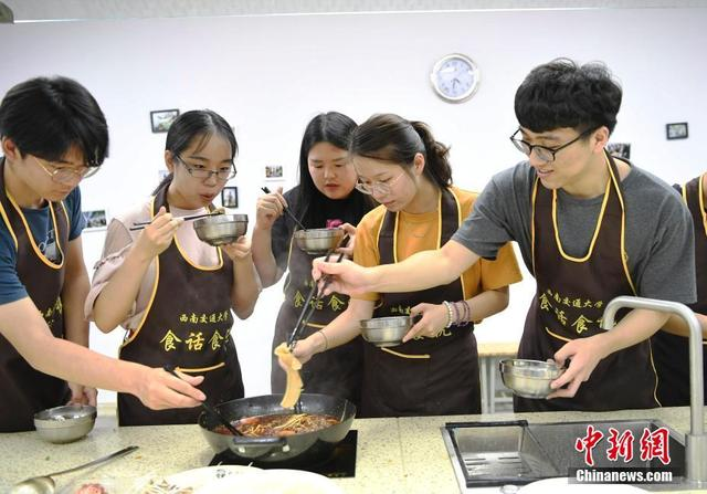 """高校开设""""美食课"""" 学生吃着火锅就能修学分"""