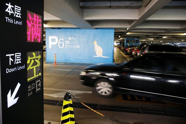 虹桥机场t2航站楼的停车场内,一层已停满了车/晨报记者殷立勤