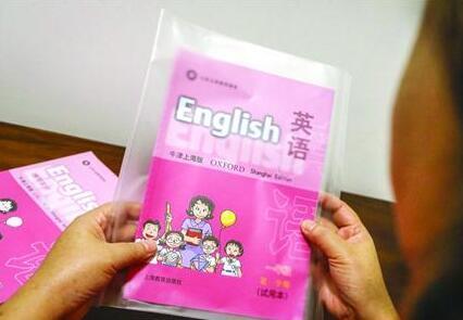 家长观点:用纸包书皮成本低又环保 柏争鸣把孩子包书皮的这一经历