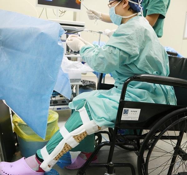 上海一女医生坐着轮椅做手术:让患者手术后安心过年