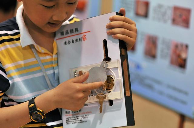"""为母解忧,小学生发明""""万用手套""""获奖图片"""