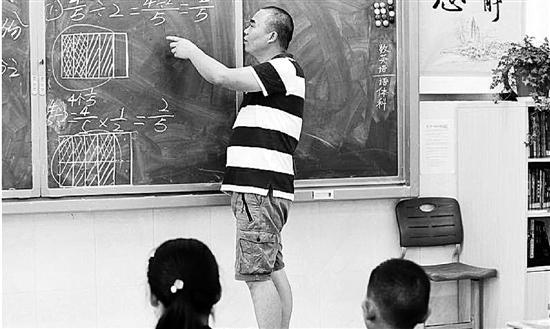"""独臂教师坚守讲台24年 是学生心目中""""十项全能"""""""