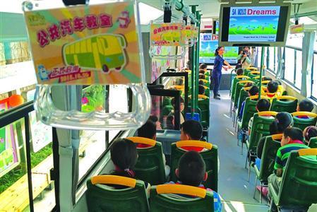 公共汽车教室 开进蓬莱二小 有大屏幕图书馆高清图片