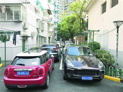 汉中小区停车难 停完门难开有人竟从天窗爬出来