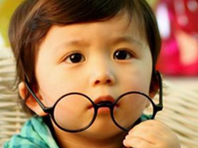 父母近视容易遗传给子女 儿童近视如何预防