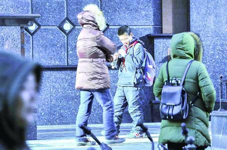 家长希望放宽穿校服限制 学校:已启动寒潮应对预案
