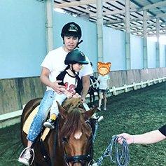 欧弟女儿才2岁就敢骑马