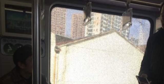 轨交4号线车厢玻璃碎裂留有弹孔 疑遭气枪射击