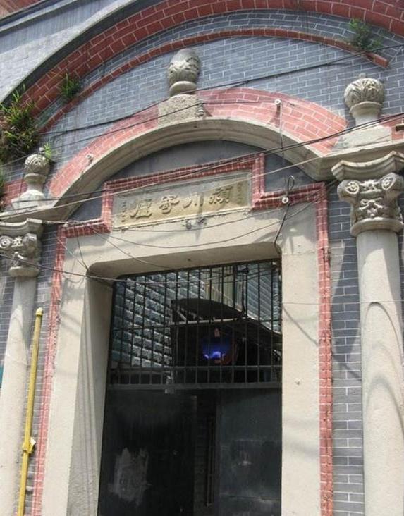 如门框上的三角形,圆弧形和长方形门头装饰,欧式立柱,巴洛克花纹等.