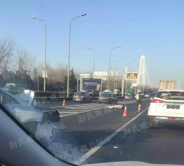 今晨上海徐浦大桥三车追尾 导致一人身亡
