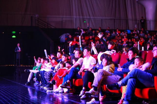 大屏幕视听画面+管弦乐团共同演绎经典传奇 此次由上海N-STAR室内爱乐乐团倾情演绎,现场气势恢弘!大屏幕伴随乐队的现场演奏同步播放电影片段。在演出当中,现场大屏幕会为小朋友们带来经过精心剪辑、编配的片段,小朋友们可以一边回味影片中的经典片段,一边聆听乐手们现场演奏! 另外,主持人会现场邀请小朋友们上台互动,内容多式多样。可以是乐器、舞蹈以及歌唱等多种环节。整体气氛轻松愉悦,可以让小朋友们体验与专业乐团合作的感觉。让更多有才艺、有想法、有激情的小朋友,更加绽放光彩。并且有礼物拿哦。 跟丰富多彩的音乐作品