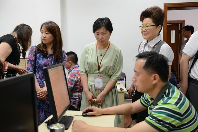 上海考生家长代表参观高考评卷点 网上评卷科学公正