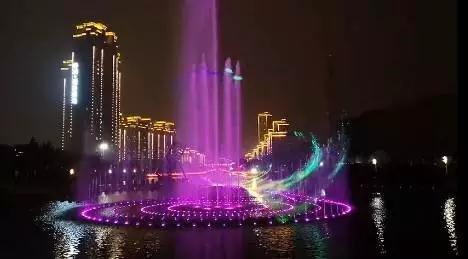 绚丽音乐喷泉 扮靓城市夜色