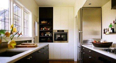 对于黑色系的小户型厨房来说,橱柜的玻璃门让原本暗淡的空间多了几分