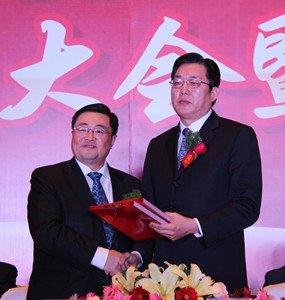 商会会长贾卧龙与银行签订战略合作协议
