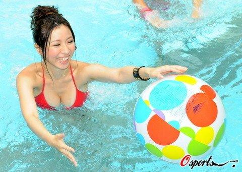 组图:比基尼美女大秀水球赛