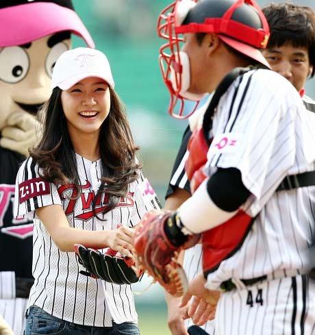 章子怡为棒球开球露内裤