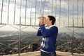 组图:波特罗登上帝国大厦 展示美网冠军奖杯