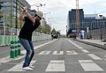 组图:巴黎上演另类高尔夫赛 选手街头上挥杆