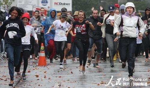 组图:美国高跟鞋赛跑大赛
