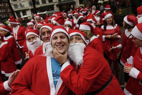 组图:英国百位圣诞老人参加欢乐跑