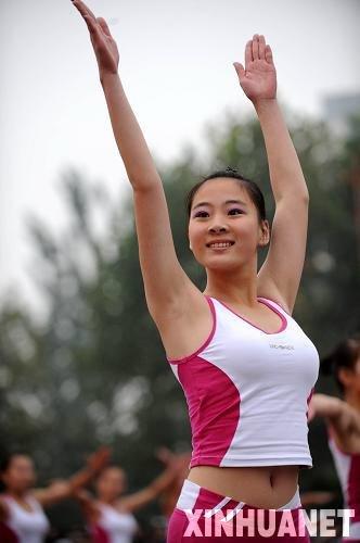 组图:全运会火炬快乐传递 中学女生跳健美操_
