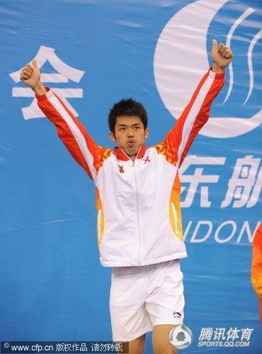 全运会林丹2-0轻取鲍春来 蝉联羽球男单金牌