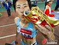 组图:黄潇潇400米栏夺冠 兴奋亲吻战靴