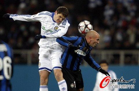 图文:基辅vs国际米兰 坎比亚索遭空中羞辱图片