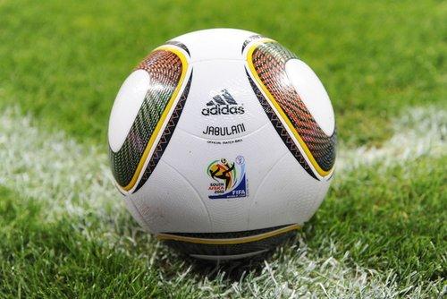 南非世界杯官方用球_组图:南非世界杯用球首秀 德甲拜仁门兴尝鲜