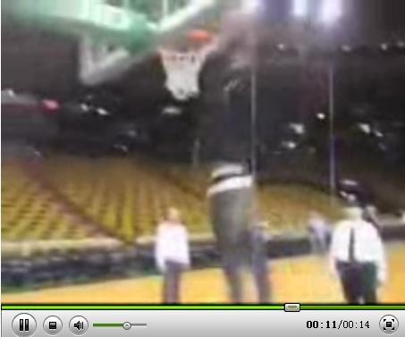 视频:博尔特在NBA赛场上的双手爆扣