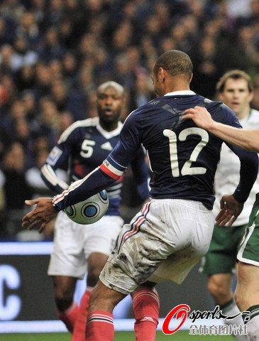 亨利手球逃过国际足联当值处罚主裁也不禁赛有一秋千,当它静止时图片