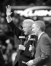克林顿NBA赛场忙募捐 呼吁球迷为海地捐款