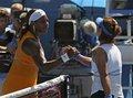 图文:半决赛李娜VS小威 赛后双方握手示友谊