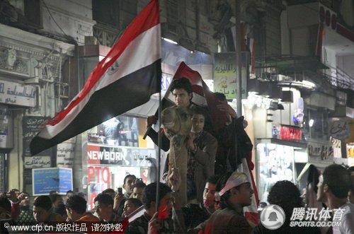 球迷:埃及队非洲杯三连冠国旗庆祝视频挥舞图文花屏放图片