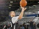 组图:NBA新秀赛前训练 库里率众练半场三分
