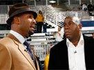 图文:NBA全明星周末 莫宁与魔术师场边交谈