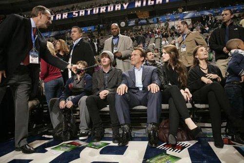 图文:NBA全明星周末 施瓦辛格现场观战