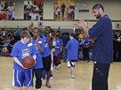 组图:NBA全明星周末 邓肯言传身教小球迷
