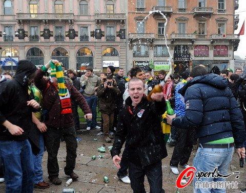 图文:米兰2-3曼联 曼联球迷狂欢