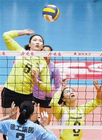 天津女排旧将受球迷追捧 便装观战成全场焦点