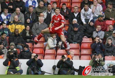 英超-利物浦2-1距前四1分 杰拉德托雷斯破门