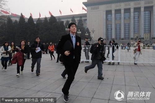 """刘翔被追得气喘吁吁 记者赛跑""""击败""""飞人"""